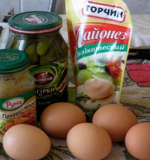 bold flavors: mustard, pickles, mayonnaise, egg